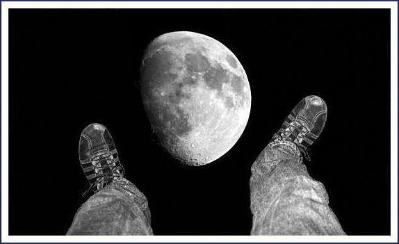 montage photographique pieds rêveurs vers bond lunaire, pieds en dessous de la lune
