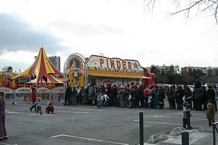 Queues devant le guichet et l'entrée du cirque Pinder