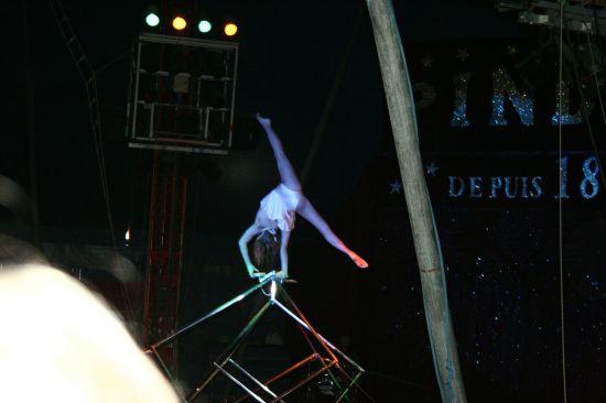 photographie d'une jeune artiste acrobate débutant parmi les étoiles du cirque Pinder