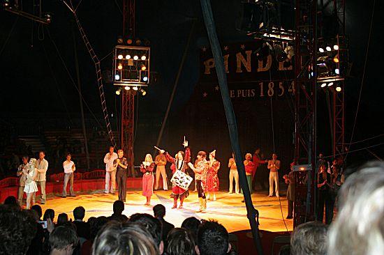 photographie de tous les artistes réunis en même temps sur la piste du cirque Pinder pour saluer le public