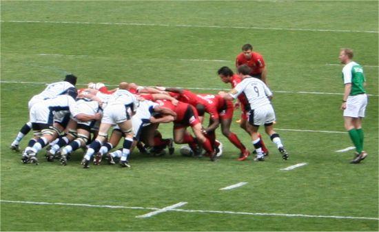 photographie d'une mêlée entre les rugbymans, les joueurs de Cardiff Blues et le Stade toulousain