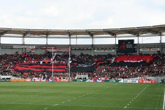 photographie des drapeaux géants toulousains des supporters de l'équipe de rugby, stade toulousain