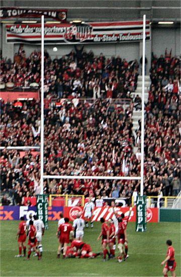 photographie d'un essai transformé avec un ballon de rugby bien au dessus des transversales