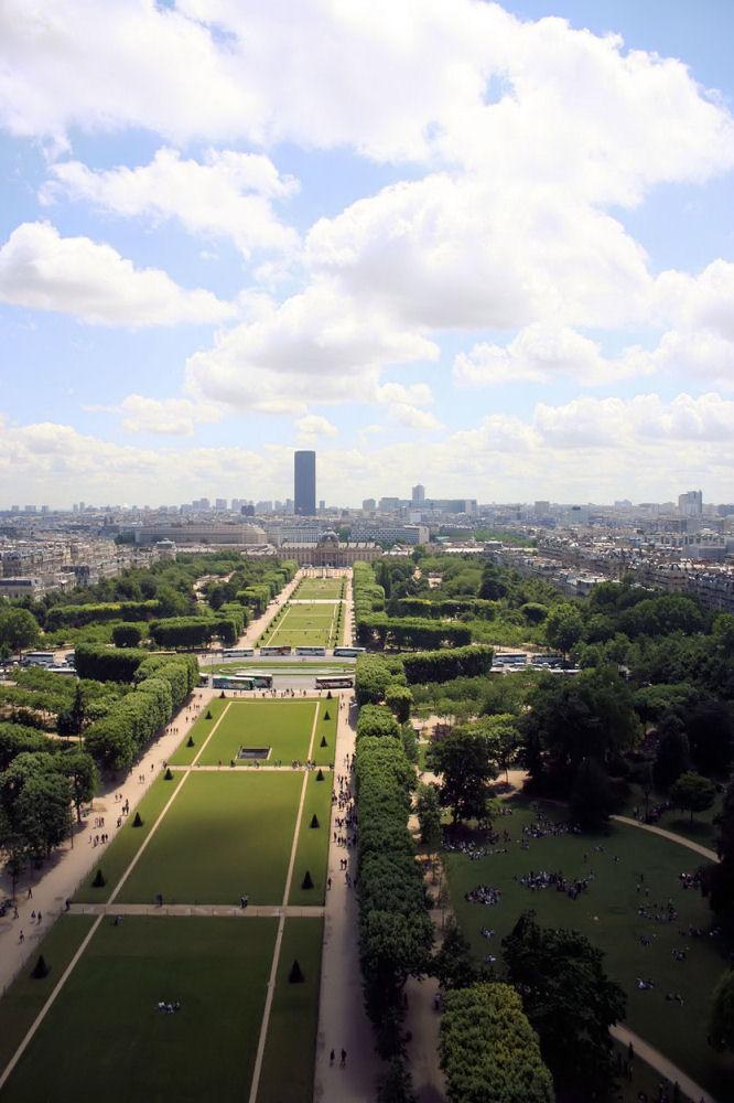 photographie du parc du Champ-de-Mars et de la tour Montparnasse vus depuis la Tour Eiffel