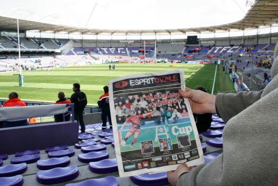 photographie de l'intérieur du Stadium municipal de Toulouse avec couverture journal esprit oval
